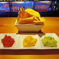 料理メニュー写真ナチョス 3種のディップソース付き(トマト/チーズ/アボカド)