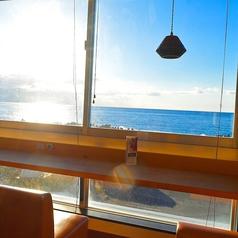 気持ちいい朝日と海が見えるカウンター席がおすすめ♪ゆったり寛げるソファー席でランチセットをお楽しみ下さい♪
