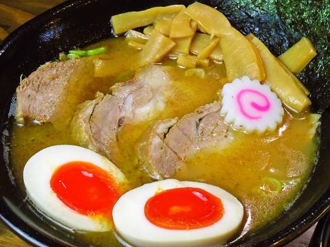 シンプルなラーメンを提供。大阪弁ではしゃぐという方言の店名のように、遊び心満載。