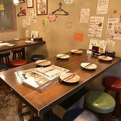 少人数グループのお客様が座れるテーブル席もございます。ご友人の皆さまと一緒にお楽しみいただけることでしょう。定番の「チキン南蛮」や「じとっこ炭火焼き」は、皆さまでわけてご堪能いただけます。是非、ご注文ください。