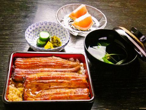 江戸時代から続くうなぎの名店。スカイツリーを望みながら、伝統の味に舌鼓を打つ。