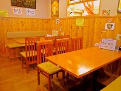 木目を基調とした明るい空間。女性のお客様にも気兼ねなく おくつろぎいただける店内です。