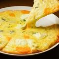 料理メニュー写真4種のチーズのピザ