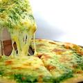 料理メニュー写真ピザ〈ジェノベーゼ(バジル風味)/4種のチーズピザ/明太子ピザ)