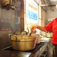 当店の特製ソースは、シェフのお手製!使う素材にまでこだわり、現地の食材から国内の食材を使用しております。作り方はヒミツです♪ぜひ当店の料理でその味をお確かめください。