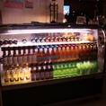 店内正面にはハワイのドリンクを中心にしたショーケースがあります。定番のドリンクだけでなく、ハワイアンワインやビールなど品揃え豊富です。