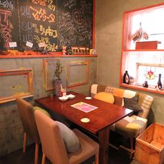 4名テーブル席は会社帰りの一杯や、女子会、誕生日会にも。