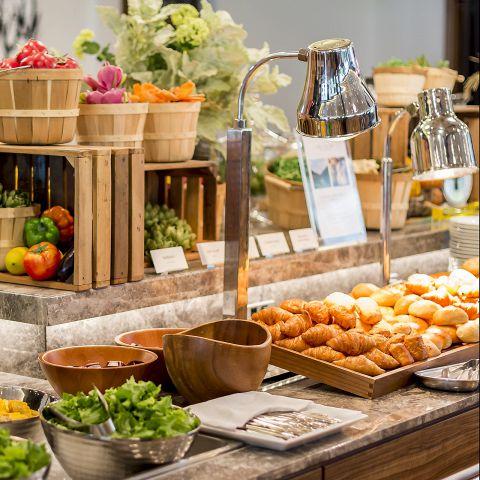 旬の野菜のサラダバー、季節のデザートコーナー、月替わりでお届けする水や牛乳、厳選したオリーブオイル、米、岩塩など素材にこだわり抜いたブッフェ約60種をご用意しております。