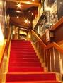 ひろしま国際ホテルからこちらの階段で、お二階へお上りください。ホテル左手奥にエレベーターもございます。