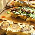 【365焼き餃子】をトリュフ塩とレモン&ブラックペッパーで♪そのほかにも、【炙りチーズ焼き餃子】【パクチー焼き餃子】【食べるラー油とじゃがいもの焼き餃子】など様々なバリエーションがございます♪