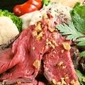 料理メニュー写真低温調理!自家製和牛ローストビーフ アリゴ添え