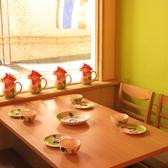 置いてある小物や食器類も可愛くてお洒落。4人掛けのテーブル席。