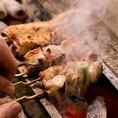 ガスなどで焼いた場合は火を強くすると表面が焦げ、中は生の状態が残り、火を弱くすると今度はうま味や水分が出てしまい堅くなったりするのですが、備長炭で丁寧かつ素早く焼き上げることで、炭の風味が移り、焼き鳥の味のバリエーションがより出て、うまみがましていきます。鶏肉以外も◎