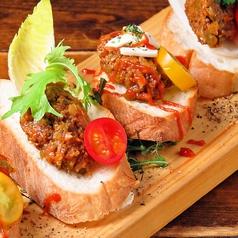 合いびき肉ラグーソースのブルスケッタ