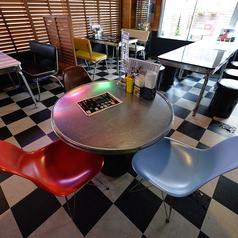【テーブル席】丸テーブルを囲んで乾杯♪