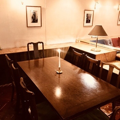 【様々なシーンで】テーブル席は人数に応じて対応可能。4人/6人/8人/10人~様々なシーンを落ち着いた空間でお楽しみください♪広々使えるお席で女子会や誕生日、記念日等でご利用ください。様々な年代でご利用いただけます。