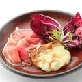 料理メニュー写真自家製燻製モッツァレラチーズのソテー 生ハム添え