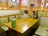 気の合う仲間と楽しいひと時を…テーブル席は仕切りもついているので利用しやすい。