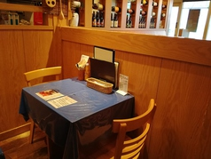 パーテーションで区切られている個室感覚のテーブル席。ママ友などの少人数のお食事にピタリです。
