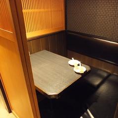 2名様までご利用可能な個室。個室ならではの親密度アップ!二人だけの空間でごゆっくりお食事やお酒をお楽しみながら特別な時間をお過ごしいただけます。デートにはもちろん親しい友人との食事にもピッタリのお席となっております。ソファ席なのでゆったりおくつろぎいただけます。