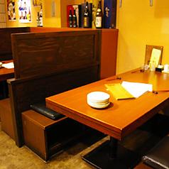 スタッフとも盛り上がれるテーブル席