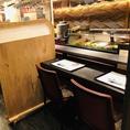【コロナ対策実施店】カウンターのお席の間に仕切りを設置しています。他のお客様との接触を防ぎ、ご安心してカウンターのお席もご利用いただけます。