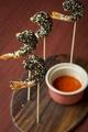 料理メニュー写真アジアンスタイルで仕上げた『ゴマをまとった海老フライ』