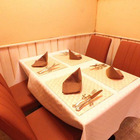 4名様がけのテーブル席。ご家族、ご友人打ち合わせ等で幅広くご利用くださいませ。
