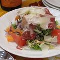 料理メニュー写真生ハムとパルミジャーノチーズのサラダ