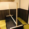 【コロナ対策実施店】小上がりの完全個室のテーブル席にも対面飛沫を防ぐフィルム板を設置ています。対面のお席でご宴会・会食を楽しみたい方にも安全にご利用いただけます。