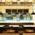 優しいブルーで統一されたお洒落な壁のテーブル席は4名様、6名様など14名様までご利用可能。樹木を挟んでテラス側には同じタイプの6名様席をご用意しています。壁側はシックなソファーシートでゆったりとお座りいただけます。同僚との飲み会やプチ同窓会などにいかがでしょうか。