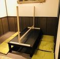 【コロナ対策実施店】テーブル席に設置されたフィルム板の下部には、料理や物の受け渡しがでjきる隙間を設けてあります。料理のシェアは可能となっております。