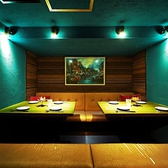 【8~10名様用扉付ソファー個室】タイの澄み渡る海をイメージしたコバルトブルーの個室です☆予約必須のお席です!