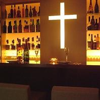 白レースのカーテン個室、十字架が照らすペアカウンター