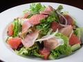 料理メニュー写真生ハムとグレープフルーツのサラダ