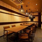 【完全個室】【プライベートな飲み会にもビジネスにも】最大12名様までご案内可能なテーブル席個室。他のお客様を気にせずにプライベートなひとときをお過ごしいただけます。接待や商談といったビジネスシーン、歓迎会・送別会をはじめとした会社宴会、クラブ・サークル活動の打ち上げにも是非。ご予約はお早めに!