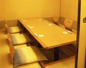 左座敷。通常は防音の襖で仕切られています。テーブルをプラスして6名様用にセットしたところ。5名様にもおすすめです。