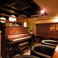 こちらは幻のピアノと呼ばれる「周ピアノ」。中華街で作られた貴重なピアノです。このピアノを使用した生演奏ライブを不定期におこなっています。詳細は店舗にお問い合わせください。