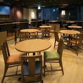 【わいわいがやがや 丸テーブル】店内中央に配置された、丸テーブルは、わいわいがやがや楽しく飲めるお席です。5種類の生ビールがあります。