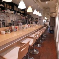 当店は全席カウンター席でのご用意です。お一人様やご家族とのお食事にも最適な店内となっております。