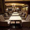 2名様までご着席頂けるテーブル席となっております。天井にはお洒落な照明、濃いブラウンのテーブルは大人な雰囲気を演出してくれます。ご友人とのティータイムや、ちょっとした打ち合わせにもおすすめです。※画像は系列店