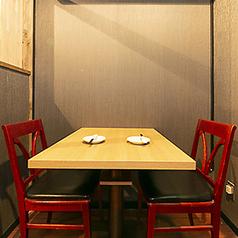 2名様用のテーブル席は2席用意がございます。コンパクトなテーブル席はお客様同士の時間を集中してお楽しみいただけます。