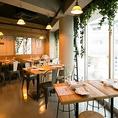 コンクリート打ちっぱなしのモダンな店内には木とグリーンが溢れ、おしゃれな中にもあたたかみのある空間になっております◎お客様がゆったりくつろげるように席は少し広めに設定していますので、おいしいお酒&料理と共に、楽しいひとときをお過ごしください。