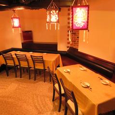 テーブル席は幅広いシーンでご利用いただけます。会社宴会や記念日など、各種ご宴会のご予約をお待ちしております!レンガ調の壁や間接照明は本場中国を演出してくれます。4名様席や6名様席、10名様席など様々なシーンに合わせてご案内することが可能です。25名様~貸切OK。ご利用しやすい空間をご用意してお待ちしてます。