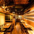 2階のテーブルは人数に応じてレイアウト変更も可能!木目調のインテリアや日本酒がずらりと並ぶオシャレな雰囲気。