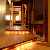 中に入るとあたたかみのある、落ち着いた雰囲気の店内。キッチンからいい香りが漂ってきます…。