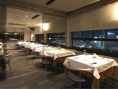 有名建築家の手がけた店内で、夜景を眺めながらのディナーを・・・
