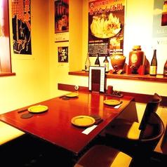 窓際のテーブル席。落ち着いた雰囲気でお食事を楽しんで頂けます。