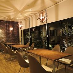 4名様用のテーブル席です。大きな窓から望む夜景は贅沢そのもの!おしゃれな店内はデートや女子会にもおすすめ!