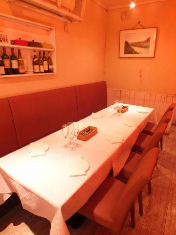 ご宴会、会食用にテーブル席を連結させることも可能です。皆様のご来店お待ちしております。
